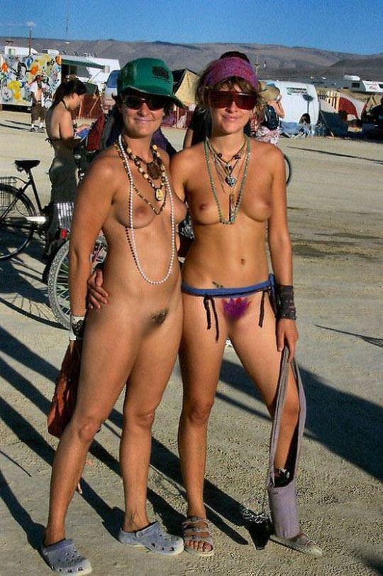 【外人】みんな当たり前のように裸で外をうろつく露出お祭りのポルノ画像 20152