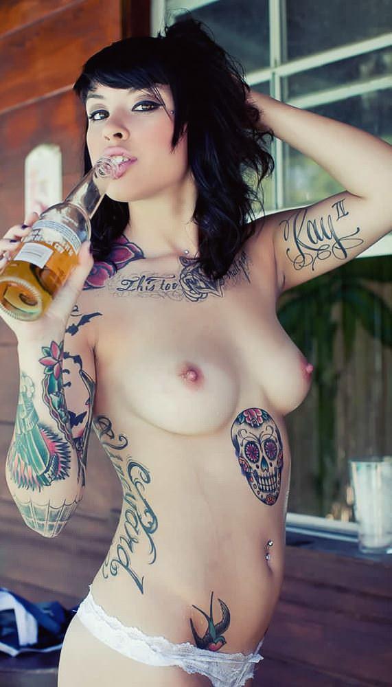 【外人】白人美女の真っ白な体に掘られたタトゥーが美しいポルノ画像 20173