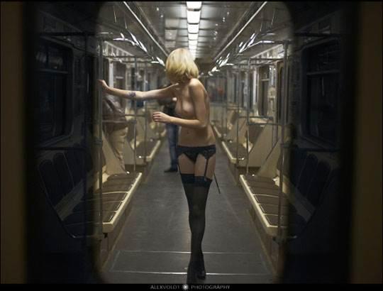 【外人】モスクワの地下鉄で無許可のヌード撮影したロシア人の超絶美少女ポルノ画像 2021