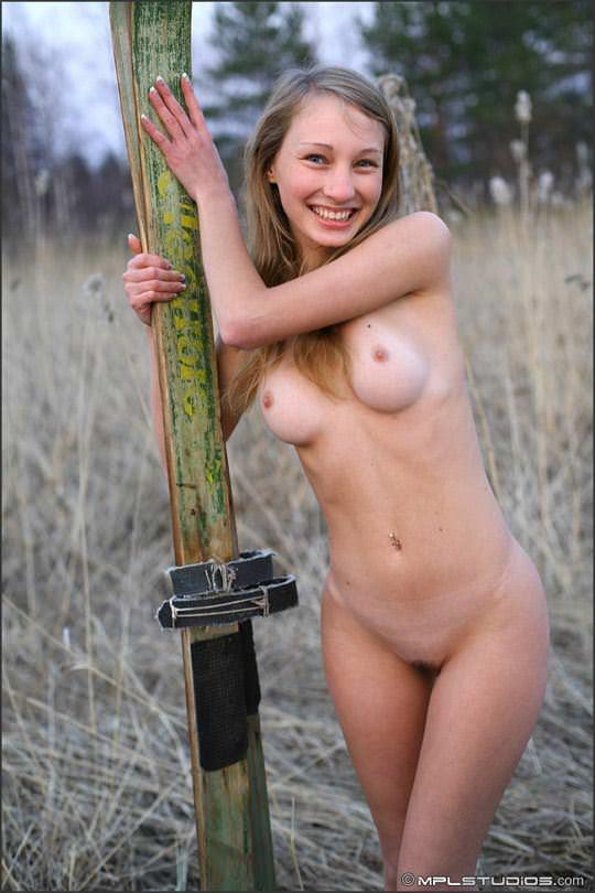 【外人】ロシアの妖精 マーシャ(Masha)18歳が見せる天真爛漫な野外露出のヌードポルノ画像 2023