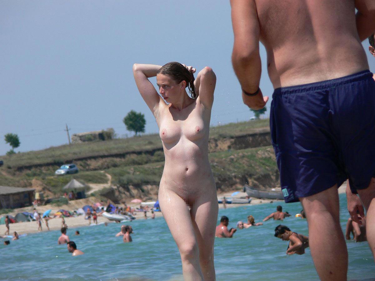【外人】ヌーディストビーチで髪金の姉ちゃん盗撮し放題な露出エロ画像 2046