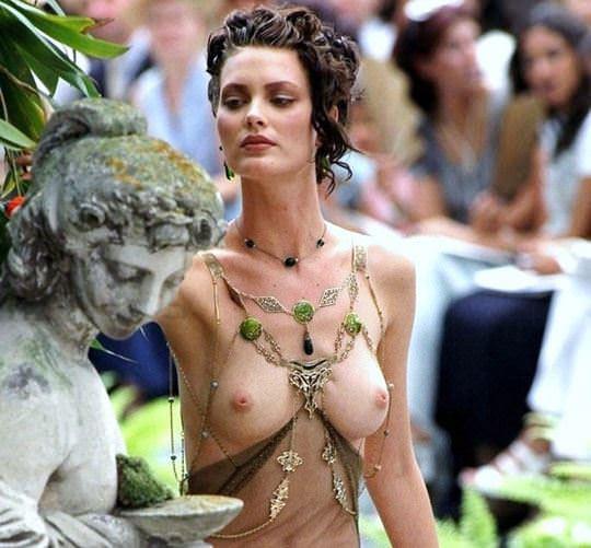 【外人】スーパーモデル達がファッションショーで美乳乳首を晒してるポルノ画像 2049
