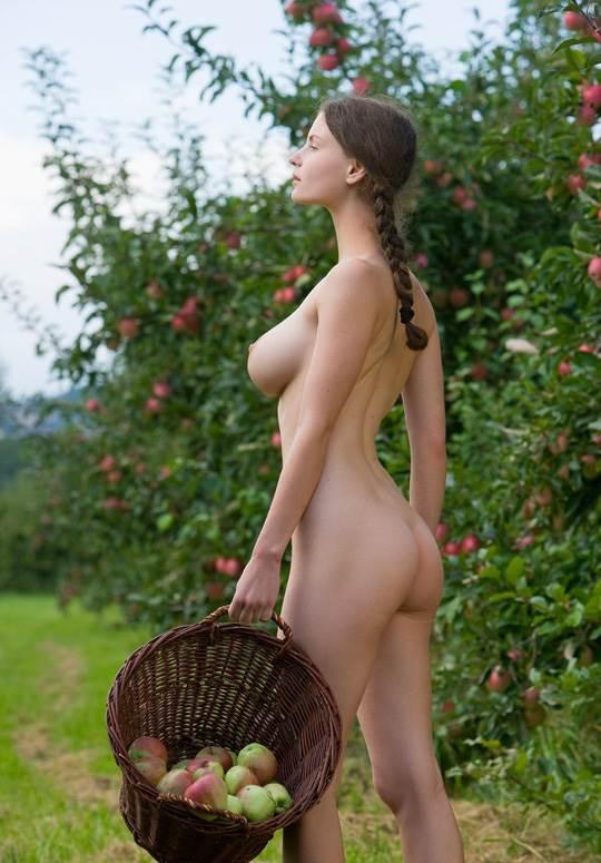 【外人】ドイツ人スーザン(Susann)がりんごやラベンダーと戯れる野外露出のフルヌードポルノ画像 2081