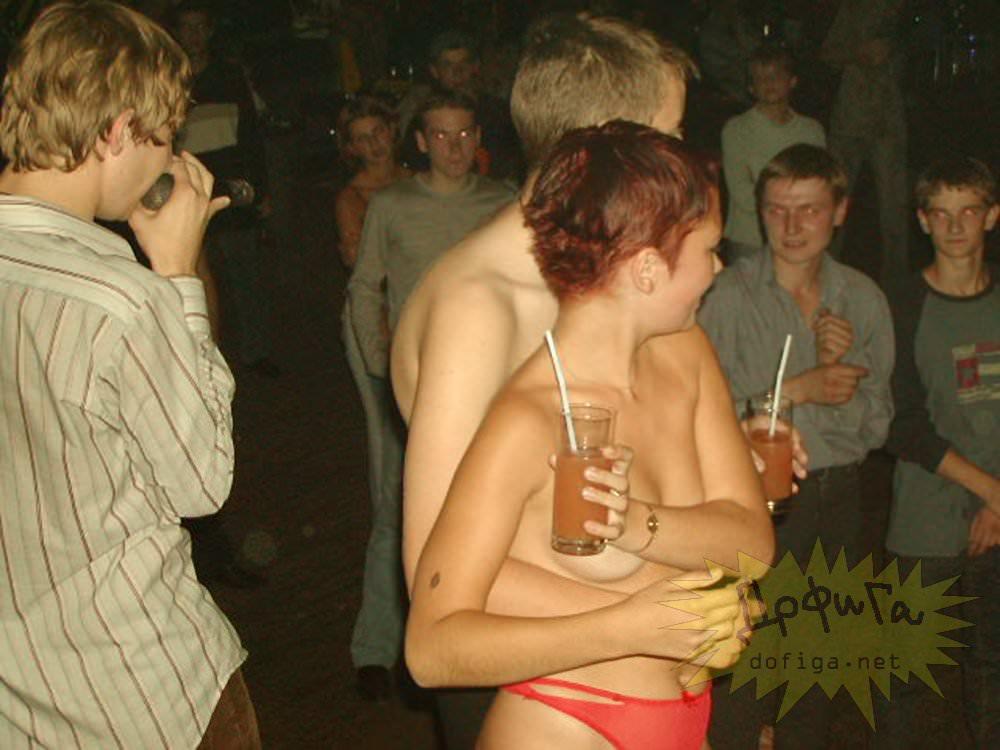 【外人】クラブでアゲアゲになり過ぎて裸になっちゃうウクライナの素人女子たちのポルノ画像 2082