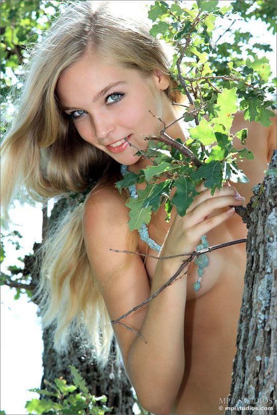 【外人】貧乳おっぱいがとパイパンがロリな童顔ロシアン美少女シエナ(Sienna)のヌードポルノ画像 2103