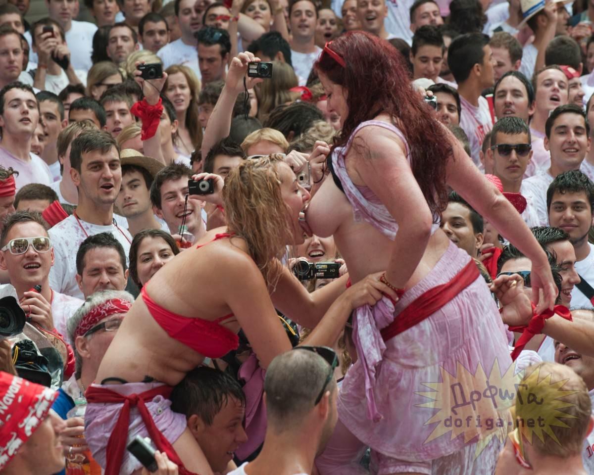 【外人】スペイン3大祭りで男も女もテンション上げまくりでおっぱいポロリしまくるポルノ画像 21114