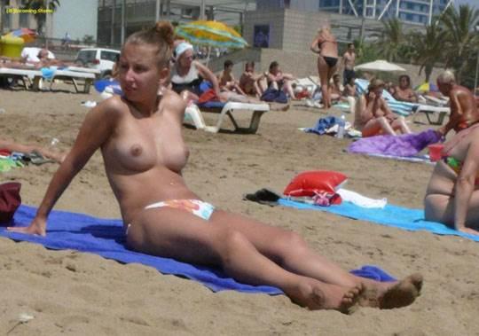 【外人】ヌーディストビーチでおっぱい出してる素人娘は可愛い子が多いポルノ画像 21138