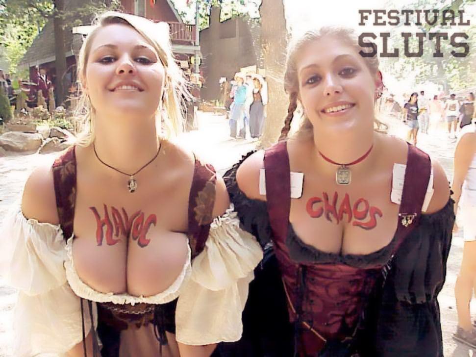 【外人】みんな当たり前のように裸で外をうろつく露出お祭りのポルノ画像 21185