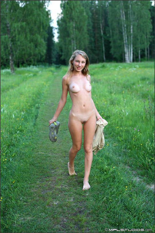 【外人】ロシアの妖精 マーシャ(Masha)18歳が見せる天真爛漫な野外露出のヌードポルノ画像 2126