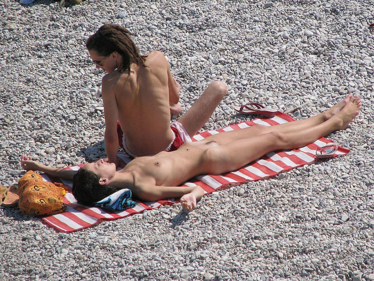 【外人】ヌーディストビーチで髪金の姉ちゃん盗撮し放題な露出エロ画像 2167