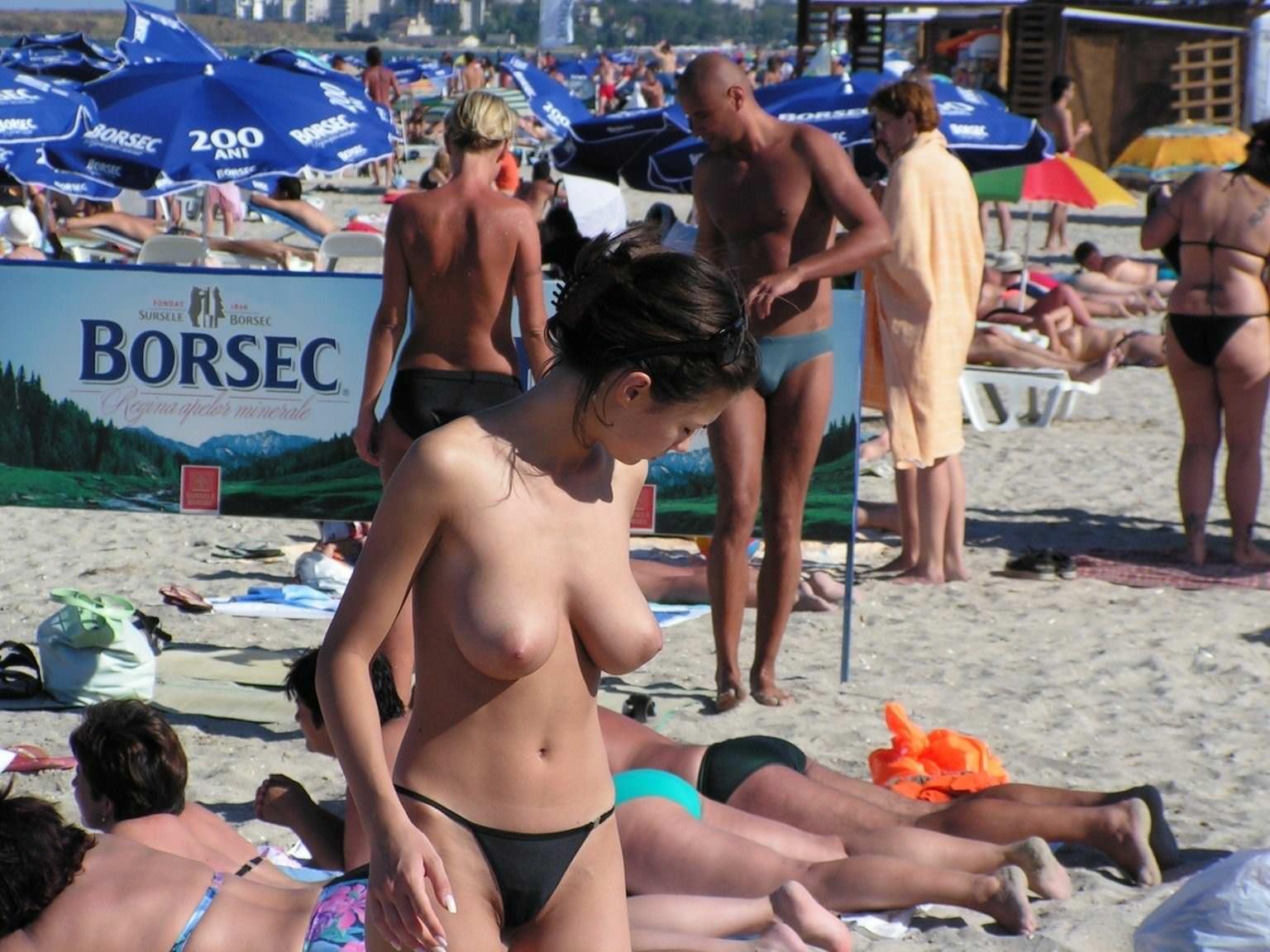 【外人】ヌーディストビーチで髪金の姉ちゃん盗撮し放題な露出エロ画像 2168