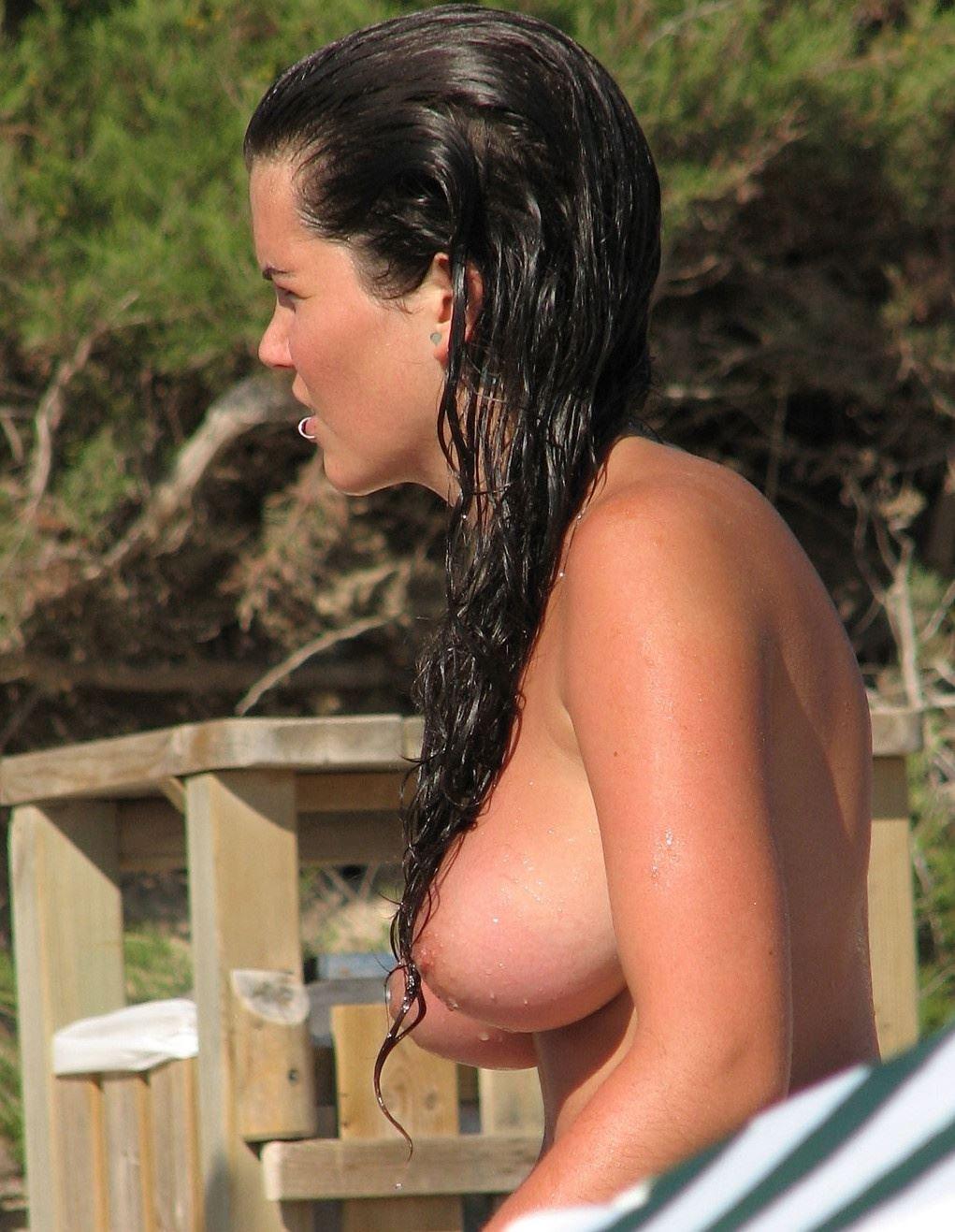 【外人】張りのある形の良い美乳おっぱいをさらけ出すヌーディストビーチの素人娘のポルノ画像 2211