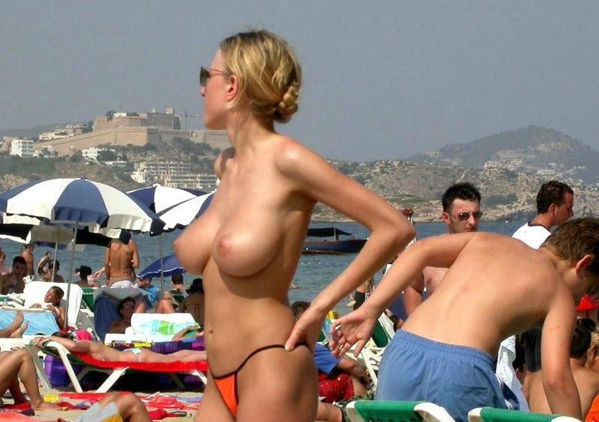 【外人】ヌーディストビーチで爆乳おっぱい全開な素人の金髪お姉さんのポルノ画像 22149