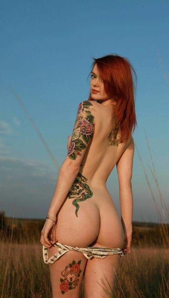 【外人】白人美女の真っ白な体に掘られたタトゥーが美しいポルノ画像 22183