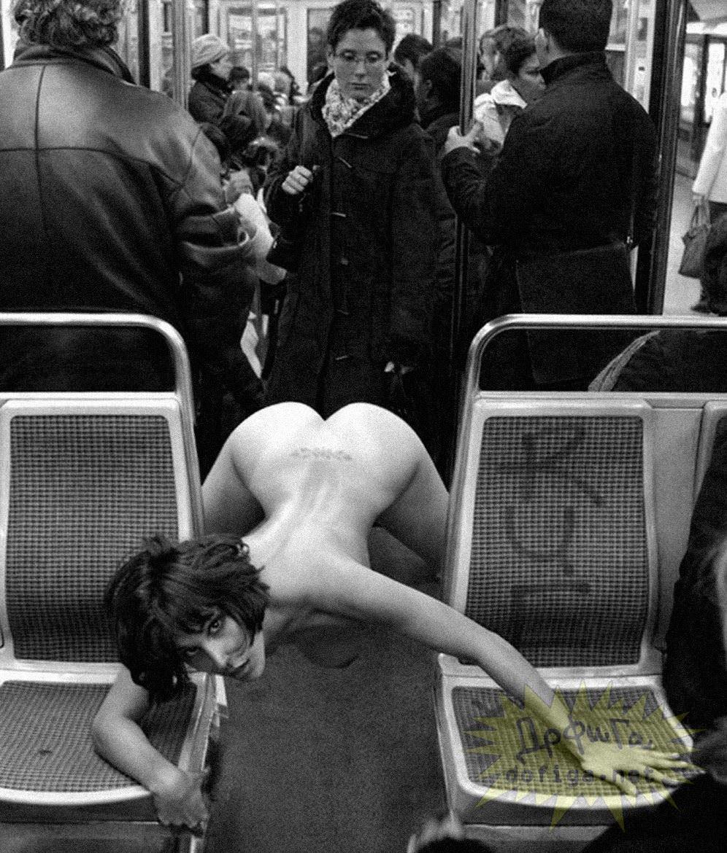 【外人】勿体ぶらずにバンバン全裸を晒すロシア人の露出狂ポルノ画像 2265