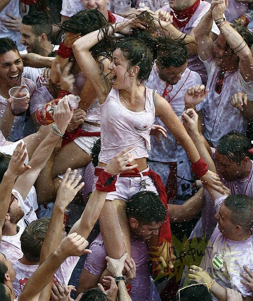 【外人】スペイン3大祭りで男も女もテンション上げまくりでおっぱいポロリしまくるポルノ画像 2283