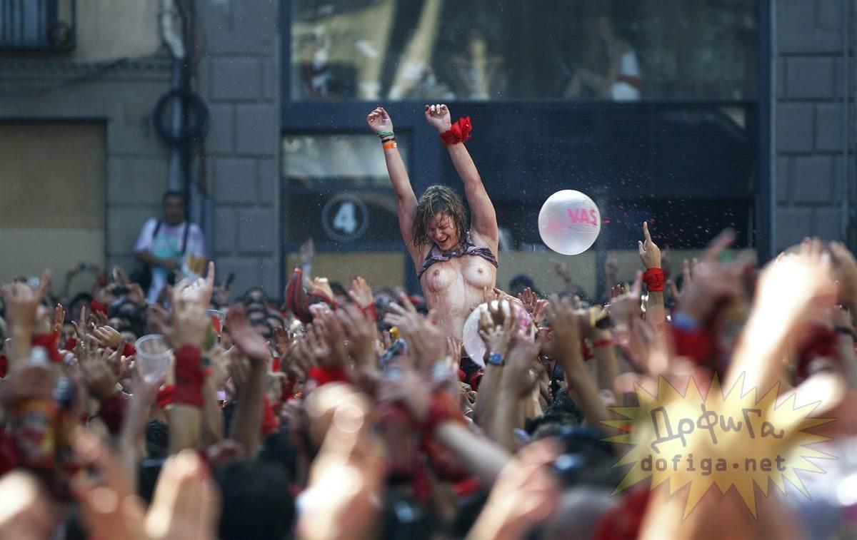 【外人】スペイン3大祭りで男も女もテンション上げまくりでおっぱいポロリしまくるポルノ画像 2284