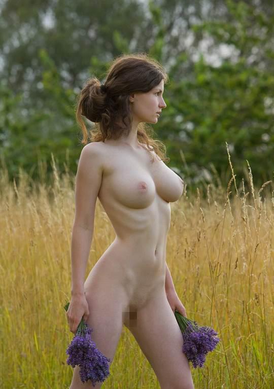 【外人】ドイツ人スーザン(Susann)がりんごやラベンダーと戯れる野外露出のフルヌードポルノ画像 2296