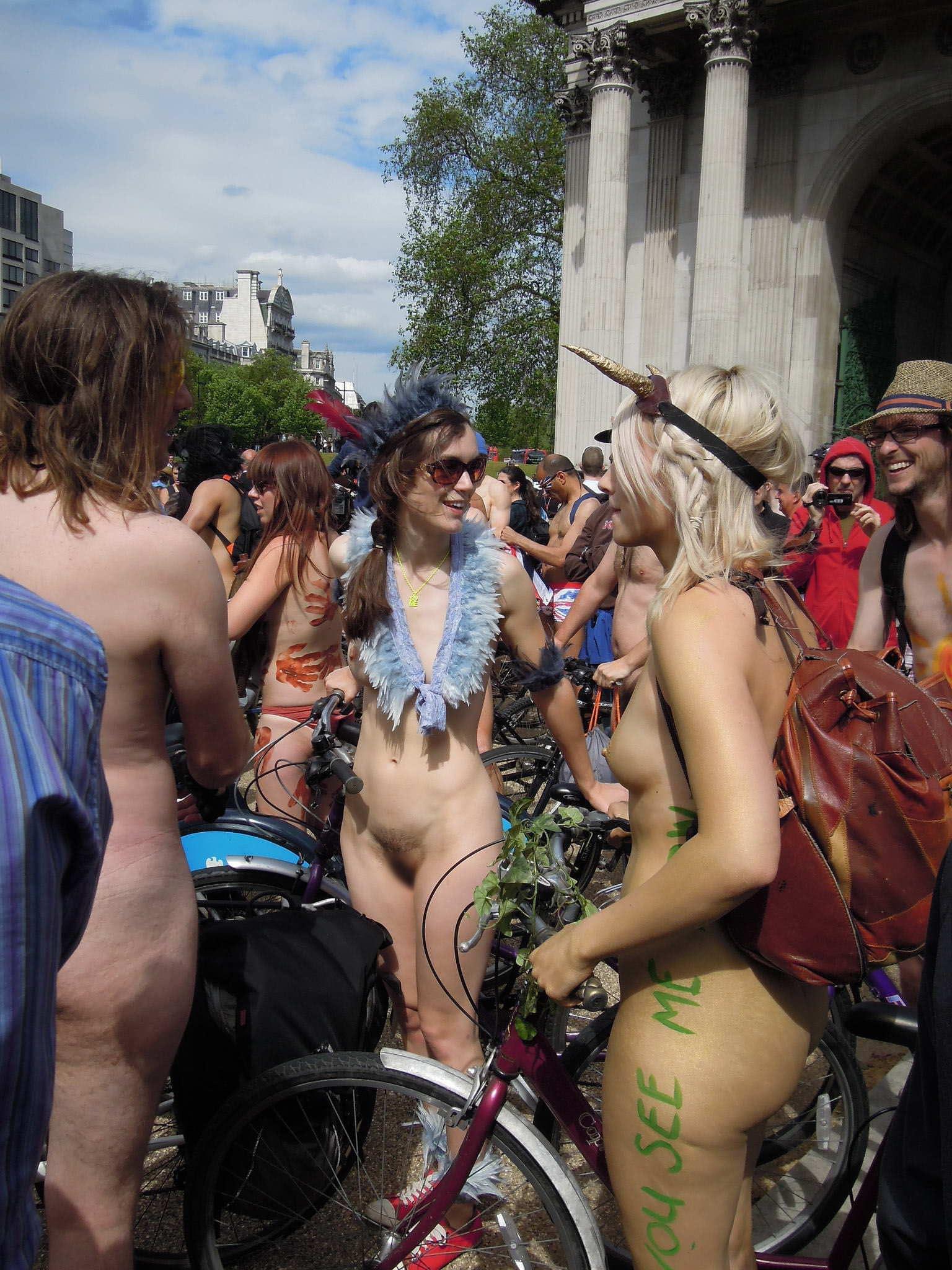 【外人】みんな当たり前のように裸で外をうろつく露出お祭りのポルノ画像 23145