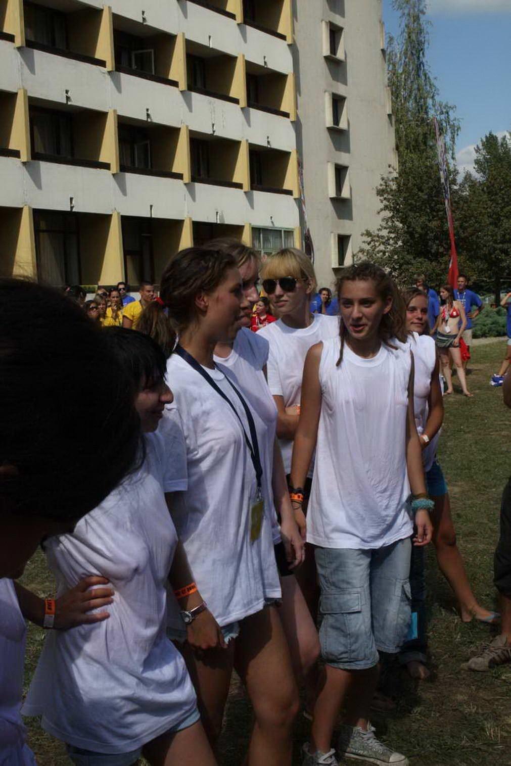 【外人】濡れTシャツフェスティバルで学生たちのおっぱいビショビショなポルノ画像 23146