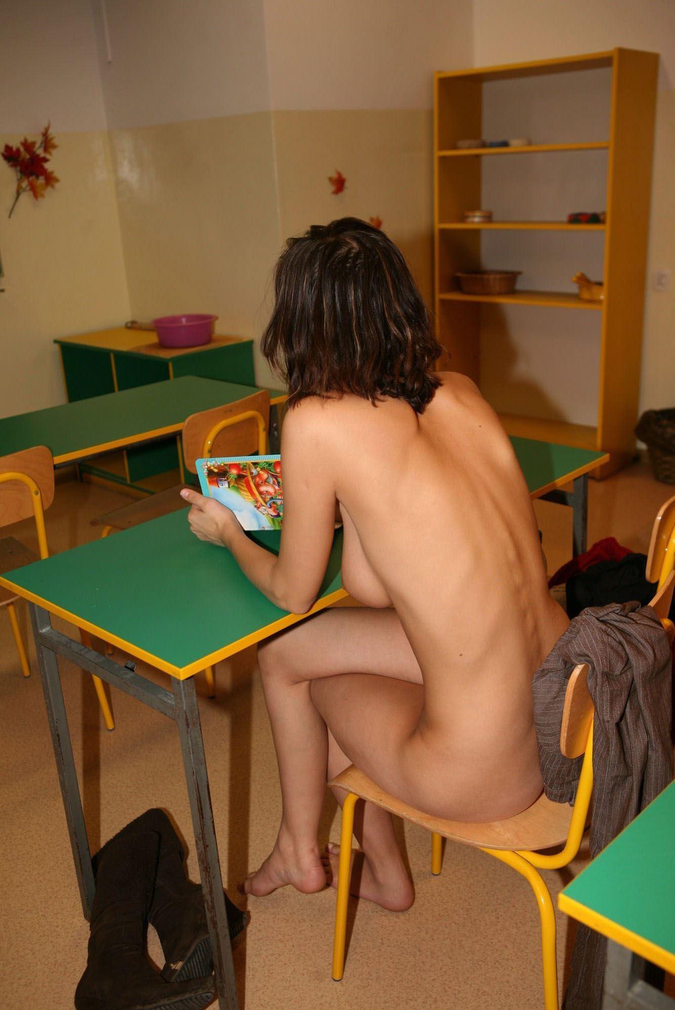 【外人】素っ裸のオールヌードで授業を受けるクラスのおふざけポルノ画像 23151