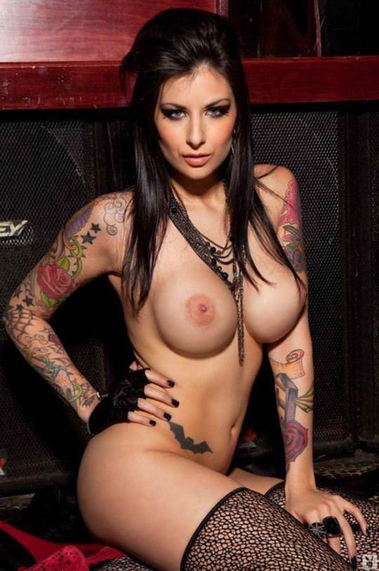 【外人】白人美女の真っ白な体に掘られたタトゥーが美しいポルノ画像 23165