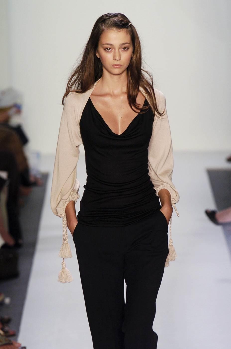 【外人】真木よう子に激似のフランス人モデルのモルガン・デュブレ(Morgane Dubled)乳首もろ出しでキャットウォークしてるポルノ画像 2318