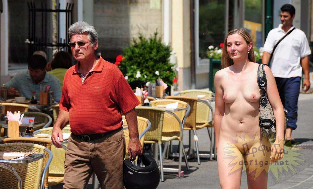 【外人】勿体ぶらずにバンバン全裸を晒すロシア人の露出狂ポルノ画像 2354