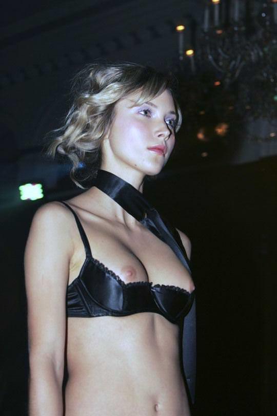 【外人】乳首を見せることがファッションショーのコツと言わんばかりのポルノ画像 2375