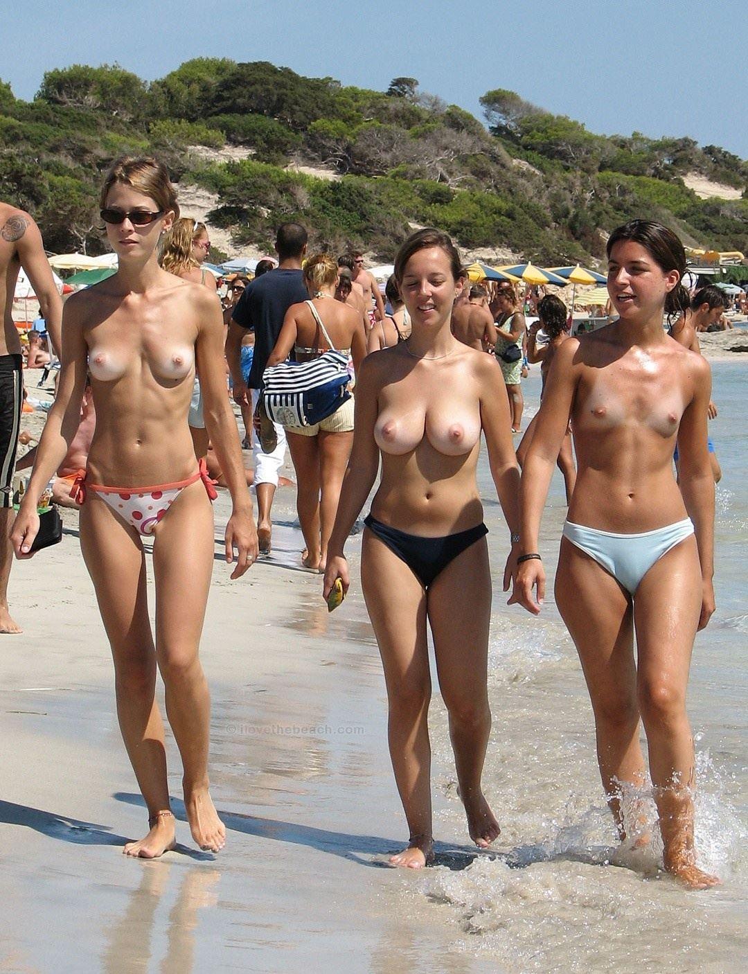 【外人】張りのある形の良い美乳おっぱいをさらけ出すヌーディストビーチの素人娘のポルノ画像 238