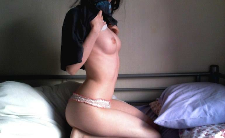 【外人】シンガポールのバイセクシャル女がパイパンまんこをオナニーしてガチ逝きしてるポルノ画像 24109