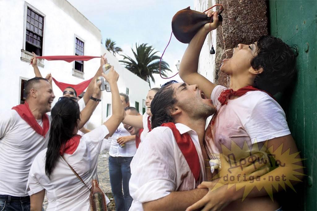 【外人】スペイン3大祭りで男も女もテンション上げまくりでおっぱいポロリしまくるポルノ画像 2456