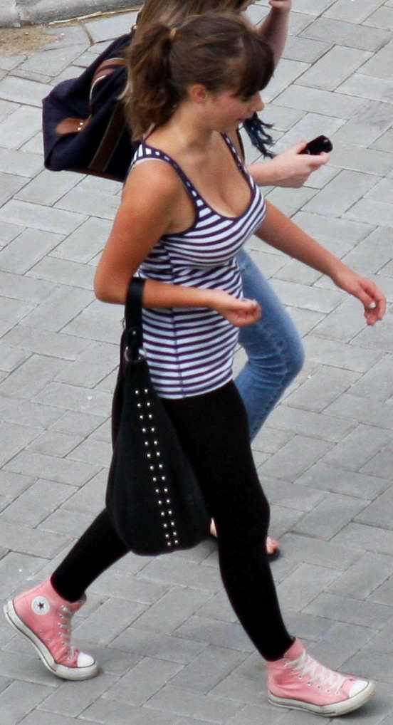 【外人】海外旅行中の素人美女の胸チラ隠し撮りポルノ画像 25115