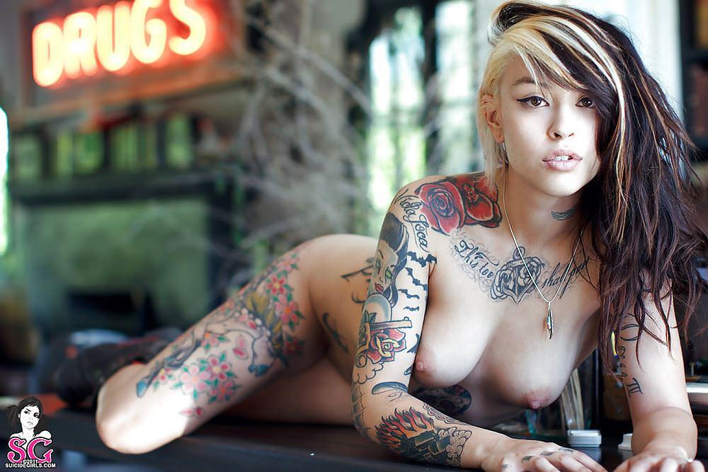 【外人】白人美女の真っ白な体に掘られたタトゥーが美しいポルノ画像 25138