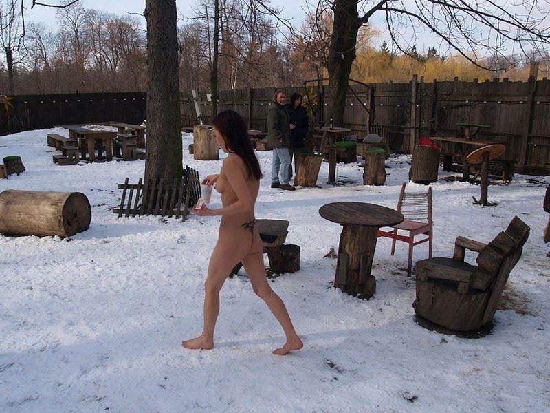 【外人】 20度 30度当たり前のロシアの冬に全裸で雪遊びする露出女のポルノ画像 258