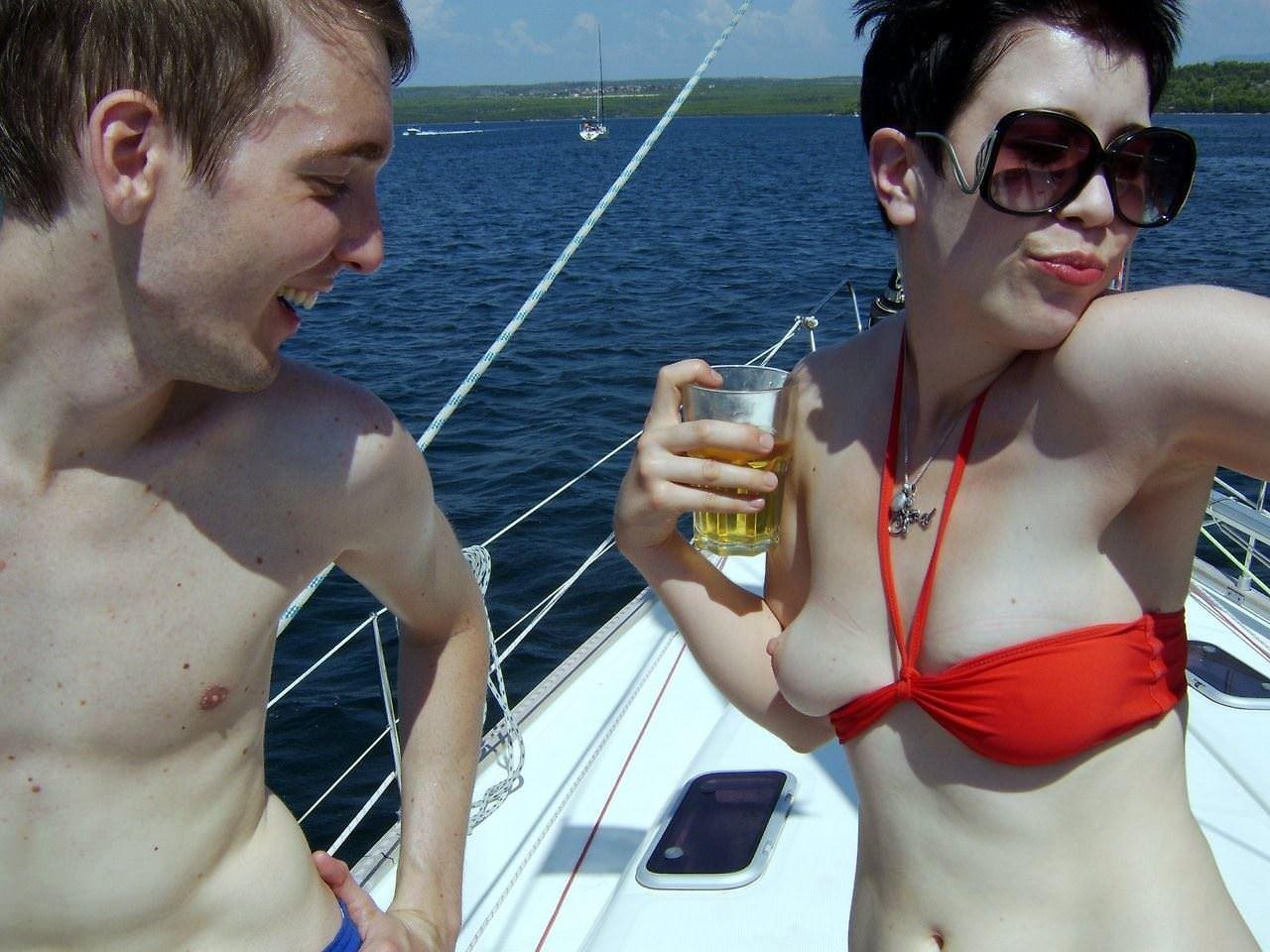 【外人】海外素人たちの胸チラからピンク乳首がポロリしちゃってるポルノ画像 27117