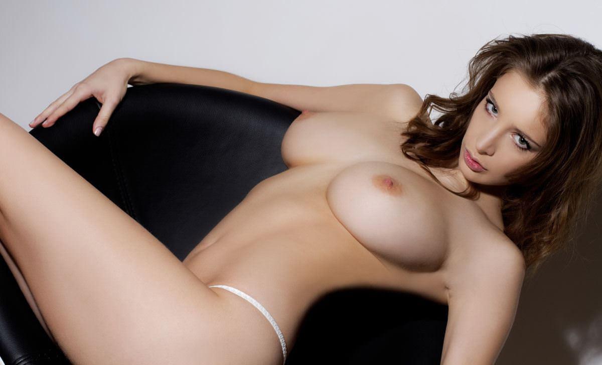 【外人】感動的な究極の巨乳おっぱいを持つエミリー・ショウヌード(Emily Shaw)のヌードポルノ画像 2715