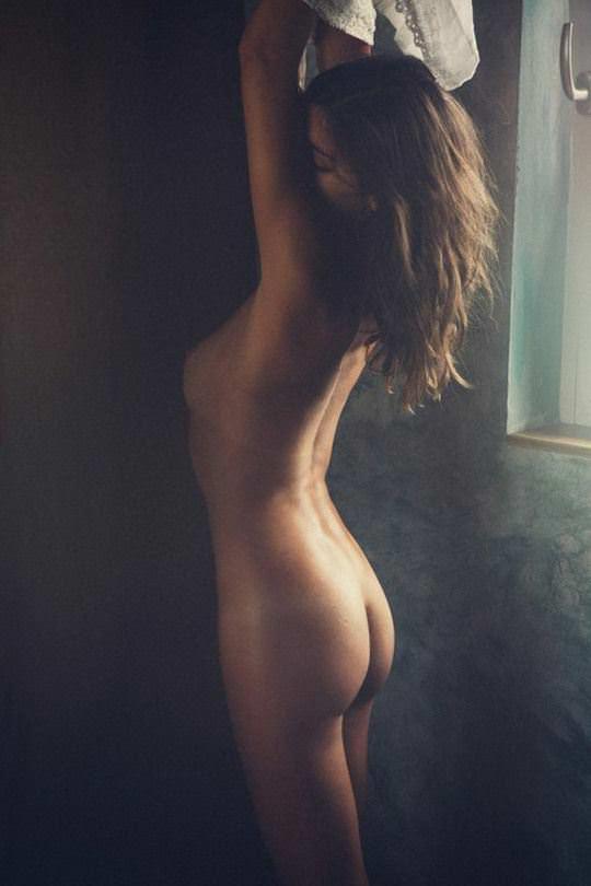 【外人】巨乳おっぱいを隠して美し背中を晒す美女のポルノ画像 2717