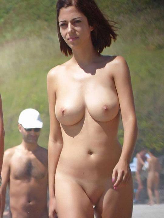 【外人】おまんこパックリ丸見えなヌーディスト・ビーチの露出ポルノ画像 2799