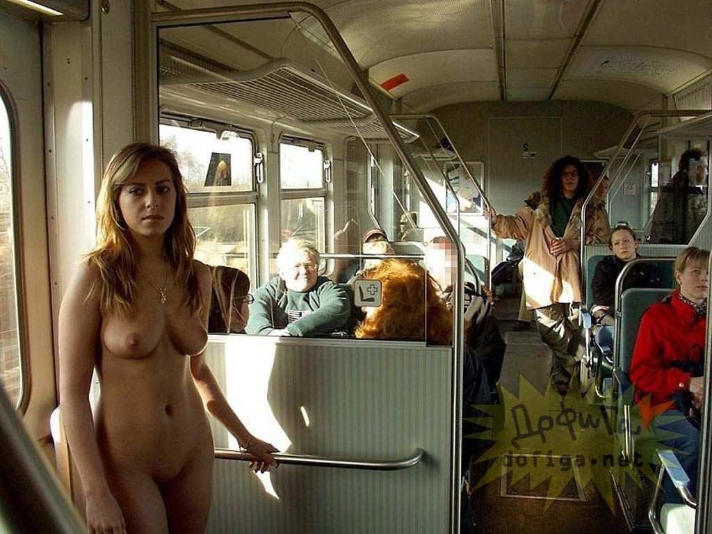 【外人】勿体ぶらずにバンバン全裸を晒すロシア人の露出狂ポルノ画像 2828
