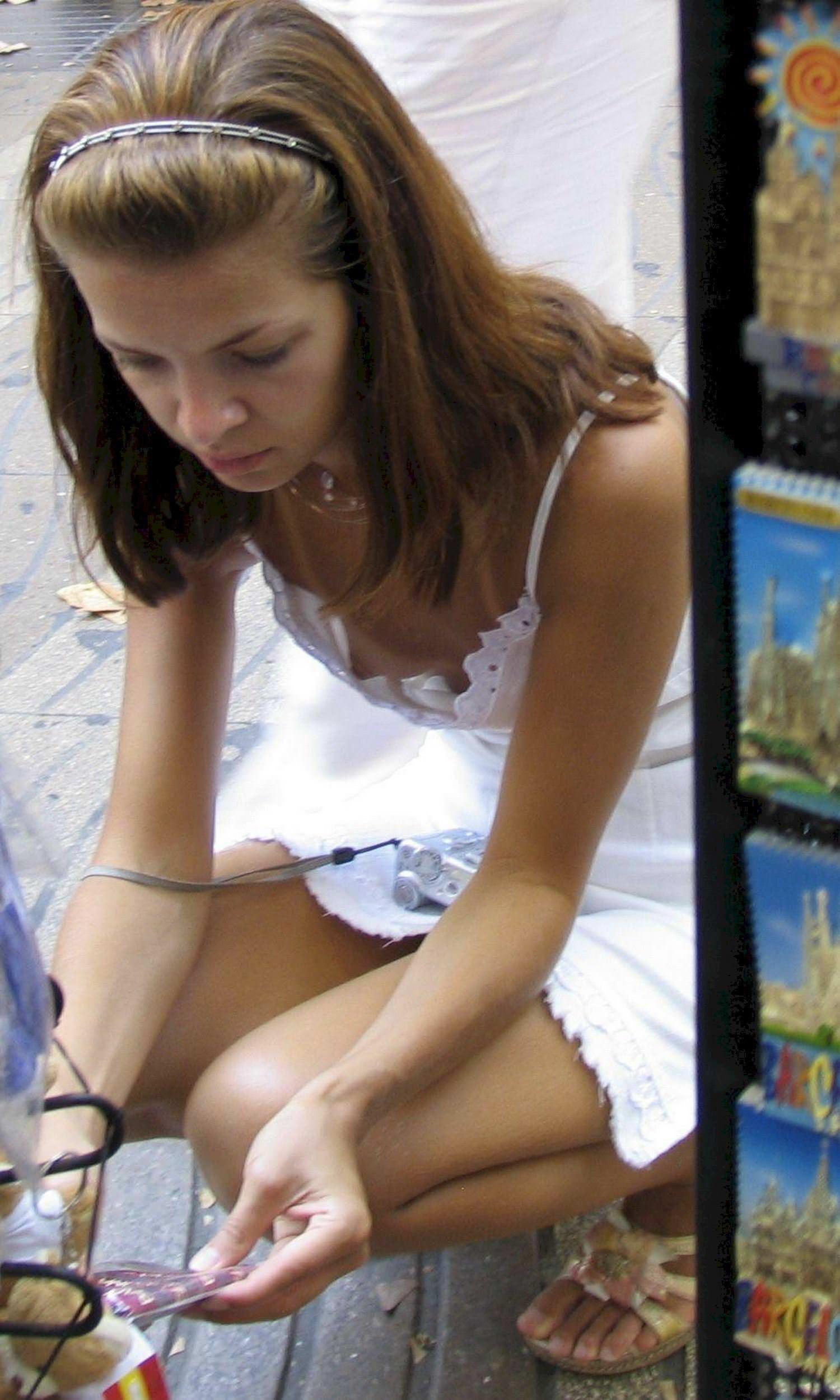 【外人】海外の素人娘たちの胸チラを激写した街撮りポルノ画像 2857