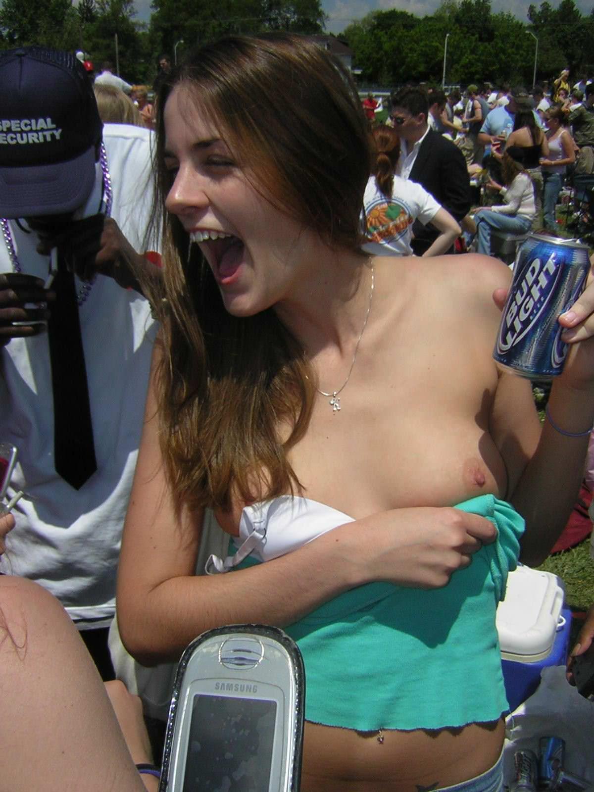 【外人】乳首がポロリしちゃっても全然気にしてない街撮りおっぱいポルノ画像 2858