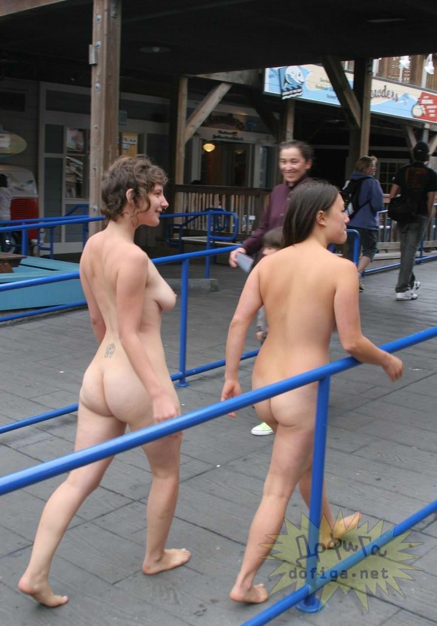 【外人】勿体ぶらずにバンバン全裸を晒すロシア人の露出狂ポルノ画像 2924