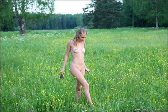 【外人】ロシアの妖精 マーシャ(Masha)18歳が見せる天真爛漫な野外露出のヌードポルノ画像 299