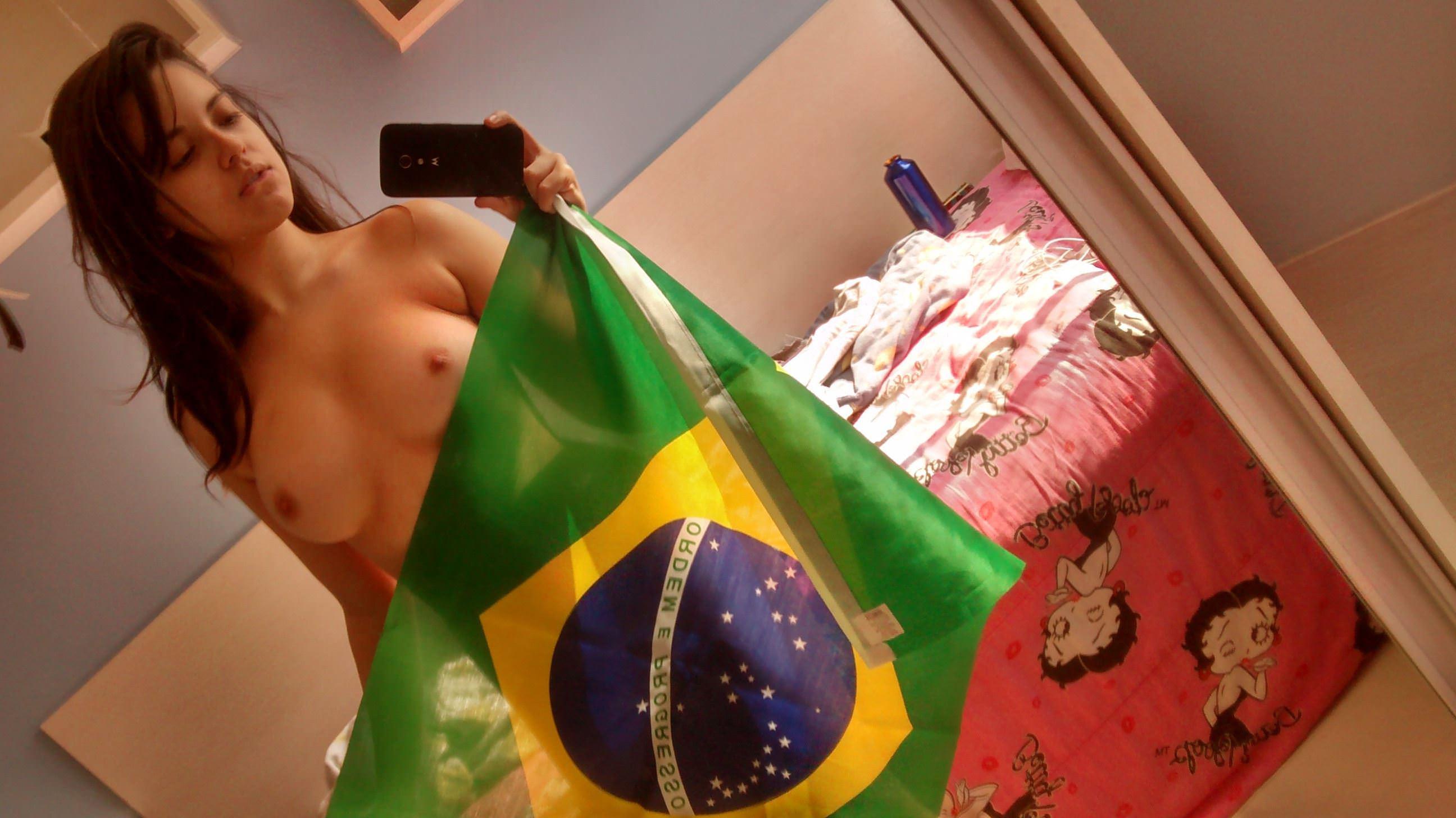 【外人】海外掲示板におまんこパックリ御開帳してさらすブラジル人素人美女の自画撮りポルノ画像 3044