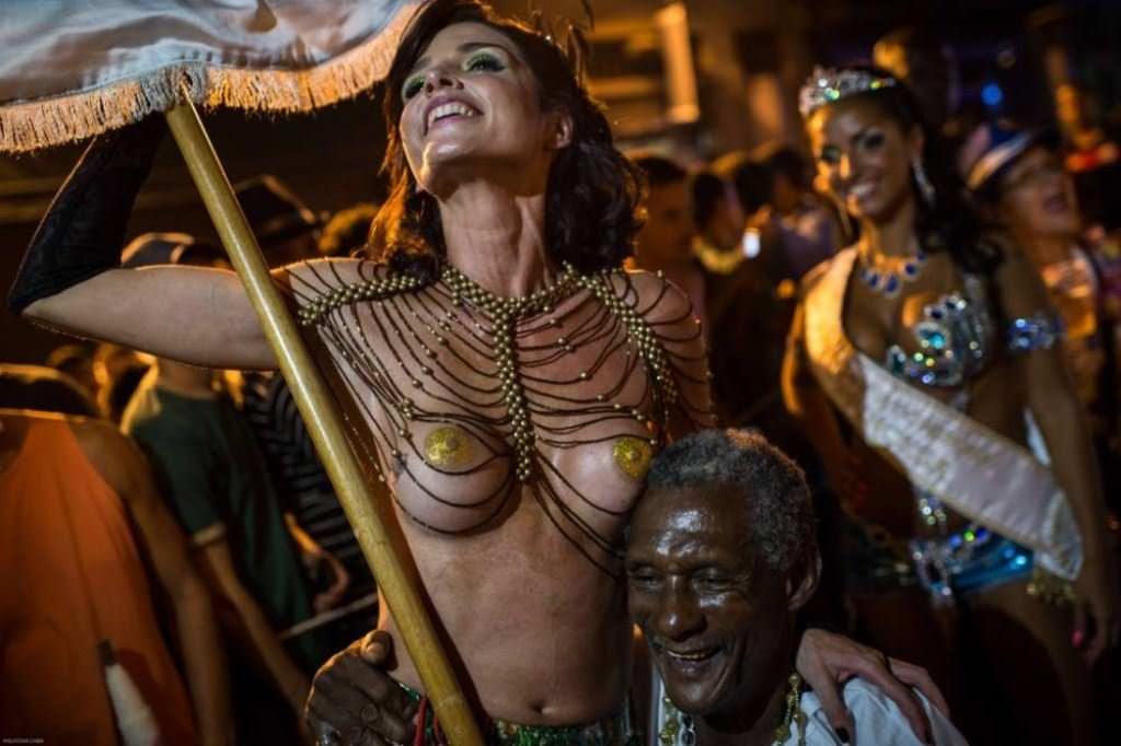 【外人】みんな当たり前のように裸で外をうろつく露出お祭りのポルノ画像 3057