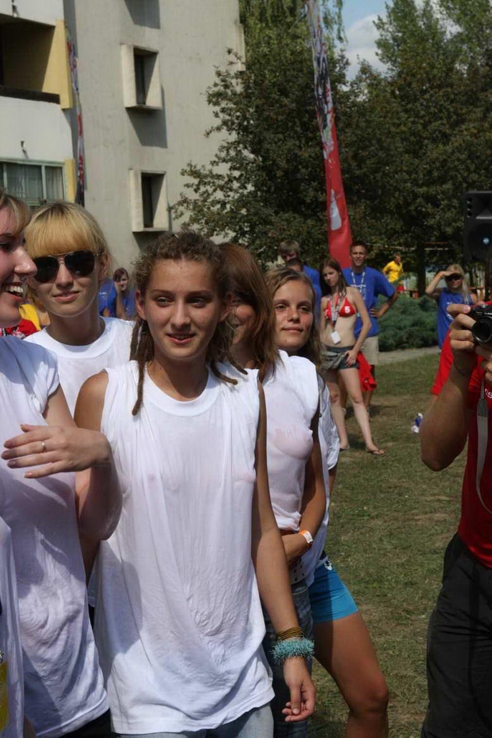 【外人】濡れTシャツフェスティバルで学生たちのおっぱいビショビショなポルノ画像 3058