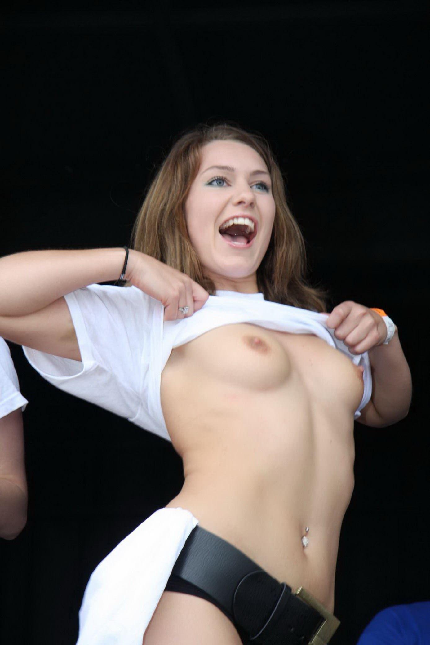 【外人】濡れTシャツフェスティバルで学生たちのおっぱいビショビショなポルノ画像 31124