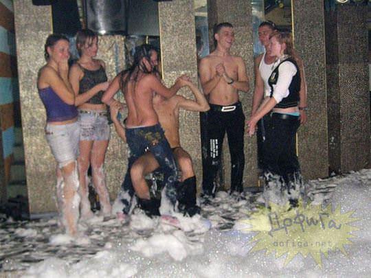 【外人】ウクライナの学生がクラブで全裸になって乱交寸前のポルノ画像 3130
