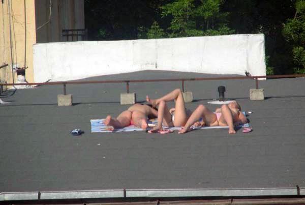 【外人】屋上で日光浴中を盗撮されて気が付きブチ切れるロシアン素人の露出ポルノ画像 3187